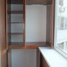 Организовать внутреннее простраство балкона поможет установка удобной и практичной корпусной мебели.