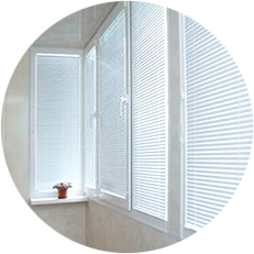 Стильные жалюзи, превратят ваш балкон в уютную комнату, скрытую от посторонних взглядов, защитят от палящего солнца и просто урасят своим видом интерьер балкона