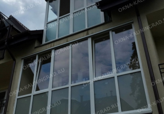 Остекление балкона пластиковыми рамами от пола до потолка с матовыми стеклами