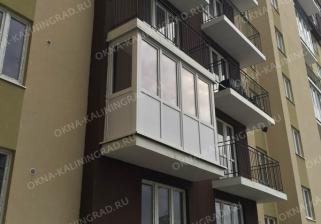 Пластиковые рамы на балкон, остекление в новом доме, низ пластиком верх стекло.